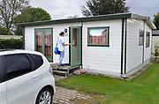 Nederland, Groesbeek, 19-10-2017Medewerkster van de thuiszorg op werkbezoek bij een campinggast die langdurig in een vakantiehuisje zit . Het is een pilot van de thuiszorg om ouderen die langer in een recreatiewoning zitten te helpen .Foto: Flip Franssen