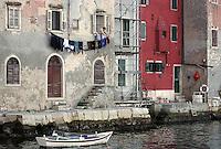 "Rovinj, ""den siste fiskerbyen ved Adriaterhavet"", ""the last fisher village by the Adriatic coast"", dame henger ut klesvasken, a woman hangs out the laundry"