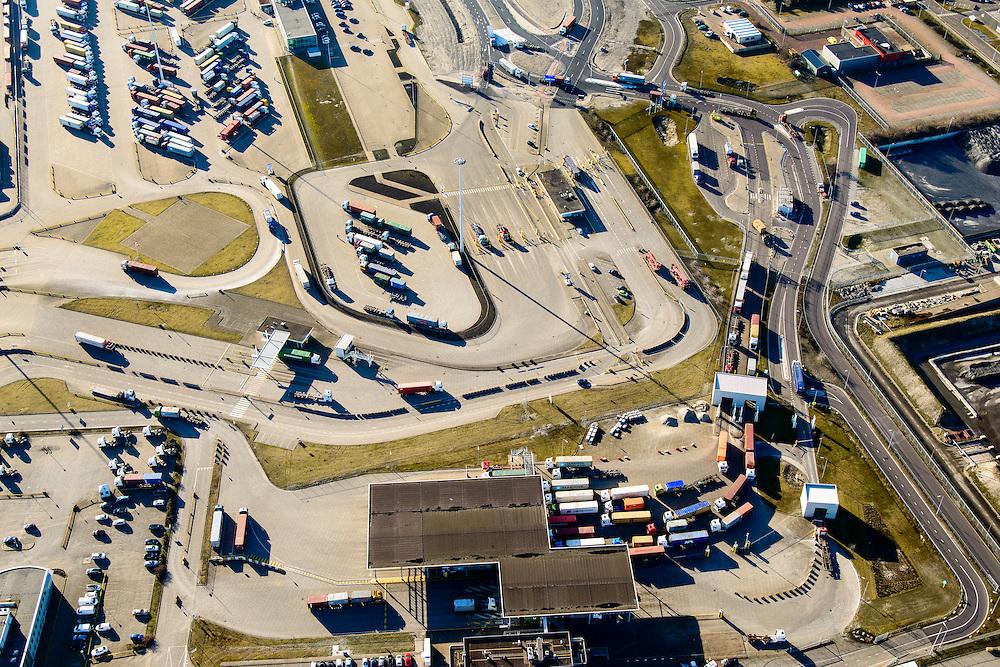 Nederland, Zuid-Holland, Rotterdam, 18-02-2015; Maasvlakte, Missouriweg en Colaradoweg. Vrachtauoto's in de file bij ingang Deltaterminal , containerterminals van ECT en  APM <br /> Maasvlakte, entrance of container terminals ECT en APM <br /> luchtfoto (toeslag op standard tarieven);<br /> aerial photo (additional fee required);<br /> copyright foto/photo Siebe Swart