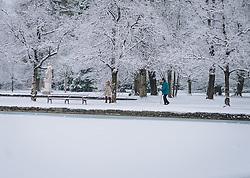 ^THEMENBILD - Menschen genießen den Spaziergang im Neuschnee in der Parkanlage rund um das Schloss Hellbrunn, aufgenommen am 06. Jänner 2021 in Salzburg, Oesterreich // People enjoying a walk in the fresh snow in the park around Hellbrunn Palace, in Salzburg, Austria on 2021/01/06. EXPA Pictures © 2021, PhotoCredit: EXPA/Stefanie Oberhauser