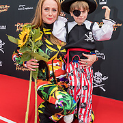 NL/Utrecht/20200701 - Premiere DE PIRATEN VAN HIERNAAST, Systse van der Ster en haar zoontje