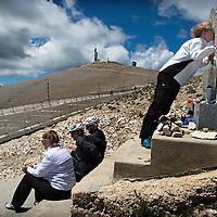 Frankrijk, Mont Ventoux, 13-07-2016<br />Wielrennen, Tour de France.<br />Joanne, de dochter van de wielrennerTommy Simpson, kust het monument ter nagedachtenis van haar vader die vandaag precies 49 jaar geleden stierf tijdens de etappe in de Tour de France naar de top van de Mont Ventoux waarbij hij ook nog het rugnummer 49 droeg.<br />Foto: Klaas Jan van der Weij
