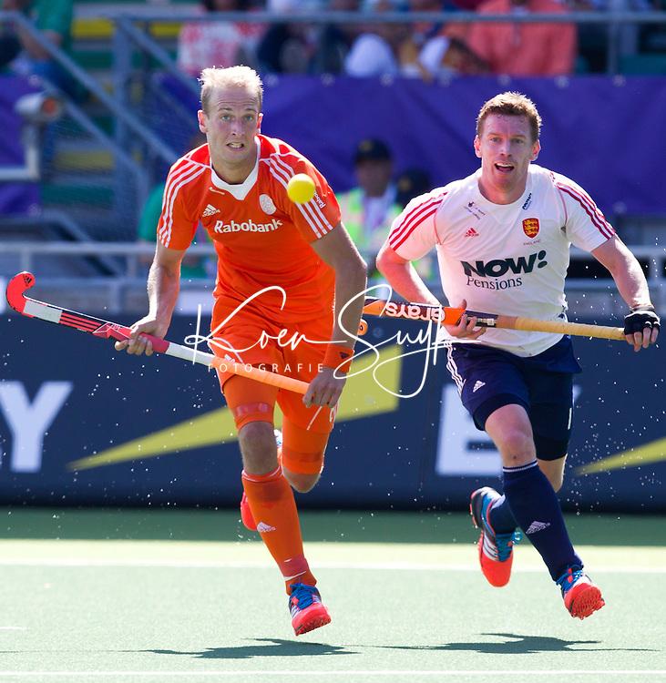 DEN HAAG - Billy Bakker (l) die zijn 100ste interland speelde , in duel met Michael Hoare tijdens de halve finale wedstrijd tussen de mannen van Nederland en Engeland voor de World Cup Hockey 20124. ANP KOEN SUYK