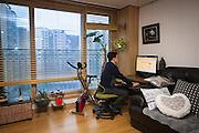 Yun Chang-Jin consulte ses consommations en eau, électricité et chauffage en temps réel. Il participe avec sa famille au programme Eco-Miles qui permet aux citoyens de réduire leur facture énergétique et de gagner en échange des coupons de réduction dans les transports. 1,7 millions d'habitants de Séoul se sont engagés dans cette démarche, soit environ 17%. // Chang Yun-Jin consults his consumption of water, electricity and heating in real time. He and his family participate in the Eco-Mileage program, which allows citizens to reduce their energy bills and earn discount coupons for public transportation. 1.7 million residents or 17% of the population of Seoul have engaged in this process since the program was initiated in 2012.