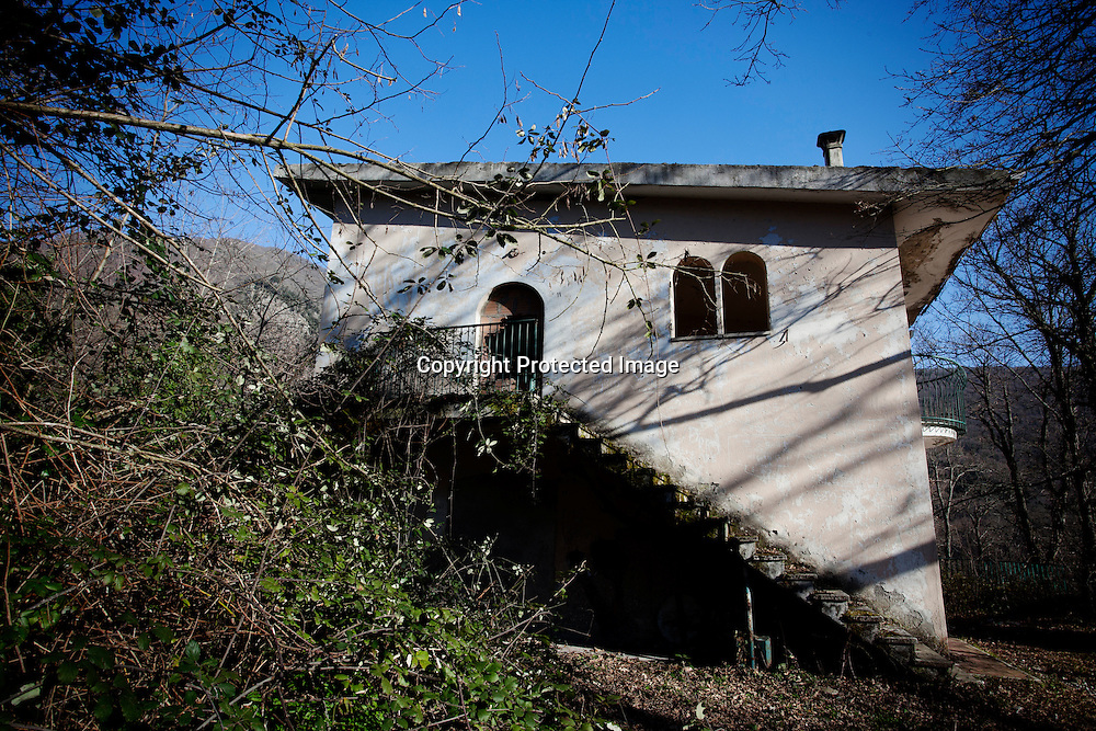 Monticchio Laghi (PZ) 12.03.2011 - Il degrado dei laghi di Monticchio (PZ). La stazione di arrivo e partenza della ex funivia funzionante fino agli anni '80 ed ora abbandonata e piena di rifiuti.