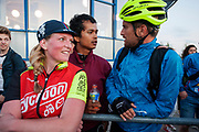 Koeriers praten na afloop van de races met elkaar. In Nieuwegein wordt het NK Fietskoerieren gehouden. Fietskoeriers uit Nederland strijden om de titel door op een parcours het snelst zoveel mogelijk stempels te halen en lading weg te brengen. Daarbij moeten ze een slimme route kiezen.<br /> <br /> Messengers talk to each other after the races. In Nieuwegein bike messengers battle for the Open Dutch Bicycle Messenger Championship.