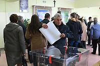 Kobylin Borzymy, woj podlaskie, 13.10.2019. Glosowanie w Obowodowej Komisji Wyborczej nr 2. W wyborach 2015 roku na PiS glosowalo tutaj 86% wyborcow N/z najwiecej wyborcow glosowalo po porannej mszy swietej w miejscowym kosciele; wyborca wrzuca glosy do urny fot Michal Kosc / AGENCJA WSCHOD