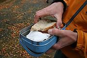 Utplassering av fem fjellrev i Sylene. Adressa-fotograf Nils Toldnes smaker på matpakka. Foto: Bente Haarstad