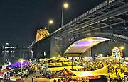 Nederland, Nijmegen, 18-7-7-2017Recreatie, ontspanning, cultuur, dans, theater en muziek in de binnenstad. Onlosmakelijk met de vierdaagse, 4daagse, zijn in Nijmegen de vierdaagse feesten, de zomerfeesten. Talrijke podia staat een keur aan artiesten, voor elk wat wils. Een week lang elke avond komen ruim honderdduizend bezoekers naar de stad. De politie heeft inmiddels grote ervaring met het spreiden van de mensen, het zgn. crowd control. De vierdaagsefeesten zijn het grootste evenement van Nederland en verbonden met de wandelvierdaagse. Diverse locaties Zomerfeesten, vierdaagsefeesten.De KaaijFoto: Flip Franssen