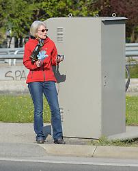 17.04.2011, AUT, Vienna City Marathon 2011, im Bild eine Zuseherin bei einer Radarbox an der Strecke, die offensichtlich aufpaßt, dass die Läufer nicht zu schnell unterwegs sind, Feature, EXPA Pictures © 2011, PhotoCredit: EXPA/ G. Holoubek