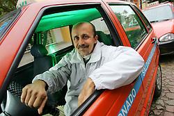 """Taxista Mauro Castro, 42, Autor de """"Taxitramas"""" onde narra histórias de seus passageiros. Ele escreve o rascunho de suas crônicas ao volante para depois atualizar seu Blog. FOTO: Jefferson Bernardes/ Agência Preview"""