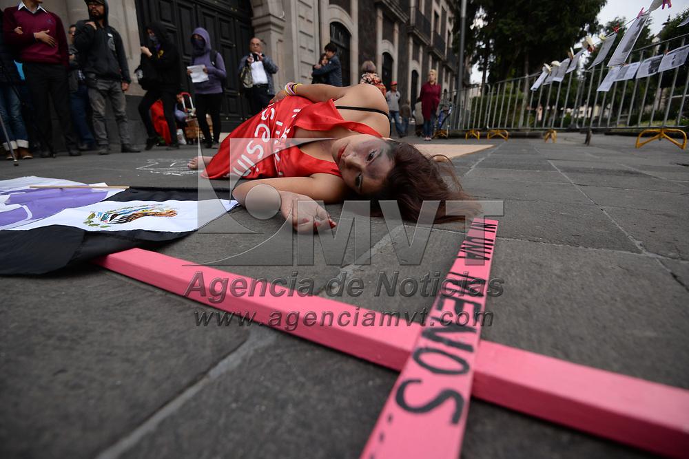 Toluca, México.- (Marzo 08, 2017).- Integrantes del Observatorio Ciudadano Contra el Feminicidio realizaron una manifestación pacifica frente a la Cámára de Diputados, en el marco del  Día Internacional de la Mujer, en contra de la violencia hacia la mujer, el feminicidio y la desaparición. Agencia MVT / Crisanta Espinosa.