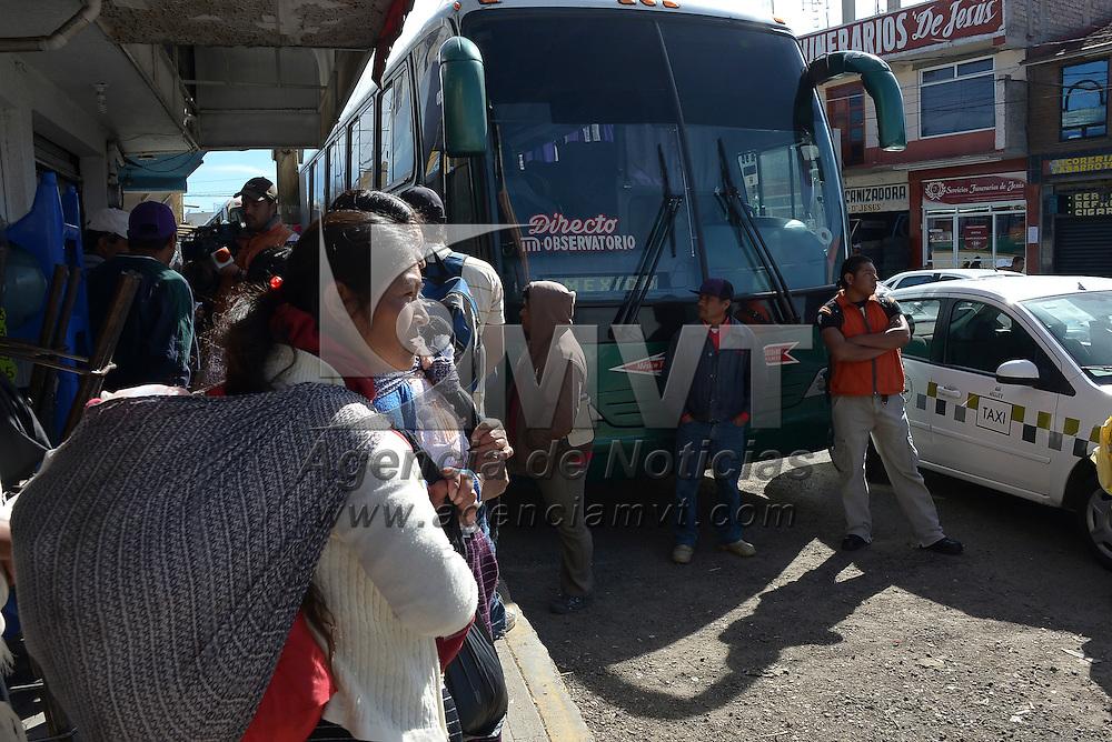 Temoaya, México.- Taxistas que operan en la cabecera municipal de Temoaya retuvieron por varias horas 2 autobuses de la empresa Fleja Roja, argumentando invasión de rutas por parte de esta línea de autobuses, que tienen como destino la ciudad de México, varios usuarios se vieron afectados. Agencia MVT / Crisanta Espinosa