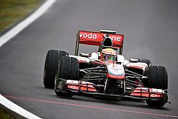 O piloto inglês Lewis Hamilton acelera sua McLaren durante a primeira volta do Grande Prémio do Brasil de Fórmula 1, em Interlagos, São Paulo. FOTO: Jefferson Bernardes/Preview.com