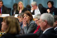 DEU, Deutschland, Germany, Berlin, 23.02.2015: Deutscher Bundestag, Gemeinsame Anhörung des Rechts- und des Familienausschusses zum Gesetzentwurf zur Frauenquote. Geladen als Sachverständige: Anne von Fallois (M), Leiterin Hauptstadtrepräsentanz Kienbaum Management Consultants.