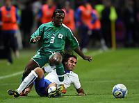 Fotball<br /> Privatlandskamp<br /> 16.11.2005<br /> Italia v Elfenbenskysten <br /> Foto: Graffiti/Digitalsport<br /> NORWAY ONLY<br /> <br /> Simone Barone Italy and Arthur Boka Cote d'Ivoire
