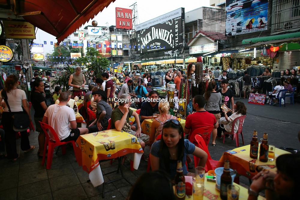 toerist at a sidewalk cafe in Bangkok