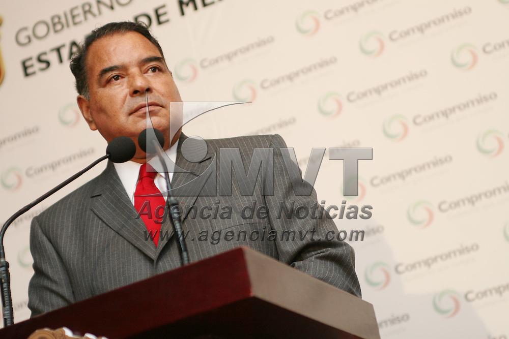 Toluca, Mex.- Humberto Benitez Treviño (izq), Secretario General de Gobierno del Estado de Mexico, habla con periodistas sobre el operativo de desalojo de los comerciantes del Mercado Juarez y de la Terminal asi como del programa que en conjunto gobierno y municipio diseñan para su reubicacion. Agencia MVT / Mario Vazquez de la Torre. (DIGITAL)<br /> <br /> <br /> <br /> <br /> <br /> <br /> <br /> NO ARCHIVAR - NO ARCHIVE
