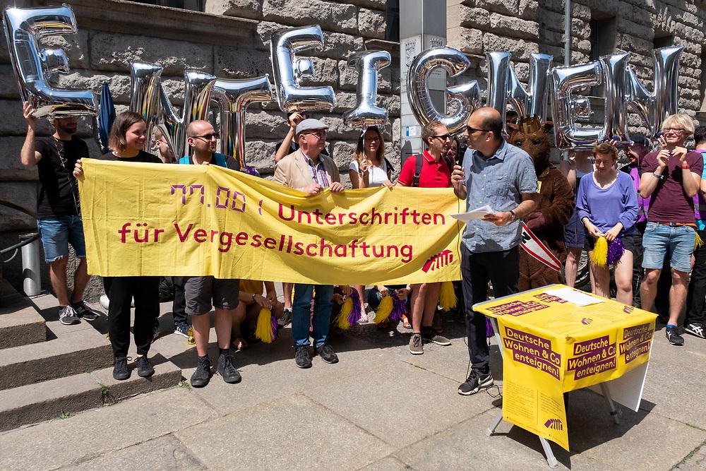 """Aktivisten des Volksbegehrens """"Deutsche Wohnen & Co enteignen"""" übergeben 77.001 gesammelte Unterschriften an Vertreter des Berliner Senats.<br /> <br /> [© Christian Mang - Veroeffentlichung nur gg. Honorar (zzgl. MwSt.), Urhebervermerk und Beleg. Nur für redaktionelle Nutzung - Publication only with licence fee payment, copyright notice and voucher copy. For editorial use only - No model release. No property release. Kontakt: mail@christianmang.com.]"""