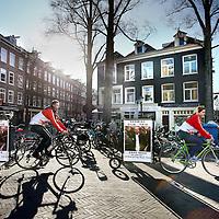 Nederland, amsterdam , 7 maart 2011..Een fietsverhuurbedrijf fietst rond in de stad met een bord achter de fiets met daarop een foto van Gijs Thio, de man die sinds 1 week vermist wordt.Foto:Jean-Pierre Jans