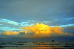 Uma pessoa admira o por-do-sol na Praia da Ribanceira no municipio de Imbituba, SC.<br /> FOTO: Jefferson Bernardes / Preview.com