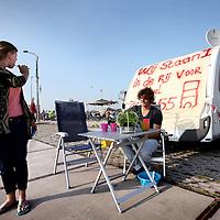 Nederland, Amsterdam , 18 september 2014.<br /> Lars en Diddy hebben hun caravan opgeslagen op een parkeerplaats vlakbij een kavel dat zij willen kopen om een huis op te bouwen op Zeeburgereiland. 4 oktober wordt er beslist.<br /> Foto:Jean-Pierre Jans