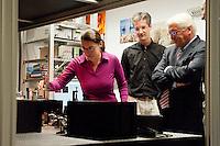 06 AUG 2009, GOETTINGENGERMANY:<br /> Frank-Walter Steinmeier, SPD, Bundesaussenminister und Kanzlerkandidat, laesst sich von Mitarbeitern etwas vorführen, Besuch Max-Planck-Instituts fuer Biophysikalische Chemie<br /> IMAGE: 20090806-01-148<br /> KEYWORDS: Sommerreise, Bundestagswahl 2009, Wahlkampf, Göttingen
