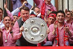09.05.2010, Marienplatz, Muenchen, GER, 1. FBL, Meisterfeier der Bayern , im Bild Franck RibÈry (FC Bayern Nr.7) Louis van Gaal (Cheftrainer FC Bayern) Mark van Bommel (FC Bayern Nr.17) mit der Meisterschale , EXPA Pictures © 2010, PhotoCredit: EXPA/ nph/  Straubmeier / SPORTIDA PHOTO AGENCY