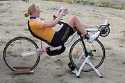 Christien Veelenturf is bezig met de warming up. Het Human Power Team Delft en Amsterdam (HPT), dat bestaat uit studenten van de TU Delft en de VU Amsterdam, is in Amerika om te proberen het record snelfietsen te verbreken. Momenteel zijn zij recordhouder, in 2013 reed Sebastiaan Bowier 133,78 km/h in de VeloX3. In Battle Mountain (Nevada) wordt ieder jaar de World Human Powered Speed Challenge gehouden. Tijdens deze wedstrijd wordt geprobeerd zo hard mogelijk te fietsen op pure menskracht. Ze halen snelheden tot 133 km/h. De deelnemers bestaan zowel uit teams van universiteiten als uit hobbyisten. Met de gestroomlijnde fietsen willen ze laten zien wat mogelijk is met menskracht. De speciale ligfietsen kunnen gezien worden als de Formule 1 van het fietsen. De kennis die wordt opgedaan wordt ook gebruikt om duurzaam vervoer verder te ontwikkelen.<br /> <br /> Christien Veelenturf is warming up. The Human Power Team Delft and Amsterdam, a team by students of the TU Delft and the VU Amsterdam, is in America to set a new  world record speed cycling. I 2013 the team broke the record, Sebastiaan Bowier rode 133,78 km/h (83,13 mph) with the VeloX3. In Battle Mountain (Nevada) each year the World Human Powered Speed ??Challenge is held. During this race they try to ride on pure manpower as hard as possible. Speeds up to 133 km/h are reached. The participants consist of both teams from universities and from hobbyists. With the sleek bikes they want to show what is possible with human power. The special recumbent bicycles can be seen as the Formula 1 of the bicycle. The knowledge gained is also used to develop sustainable transport.