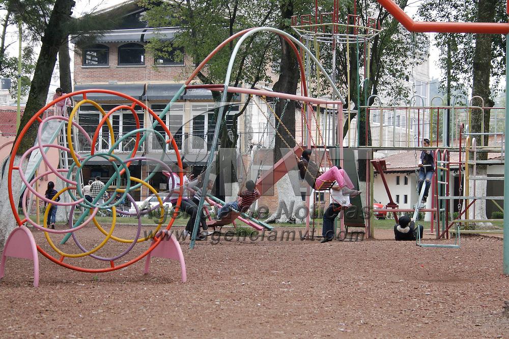Toluca, México.- Padres de familia que en su mayoría no pudieron salir de vaciones de verano, acuden con sus hijos a disfrutar de los parques y del aire libre dentro de la capital mexiquense. Agencia MVT / Arturo Hernández S.