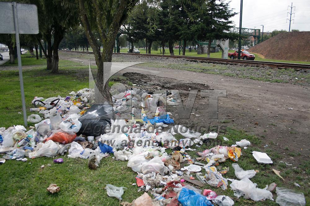 Toluca, México.- En algunos puntos de la avenida Paseo Tollocan la gente a tomado los camellones como depósito de basura, ocasionando malos olores y focos de infección a los transeúntes. Agencia MVT / Arturo Hernández S.