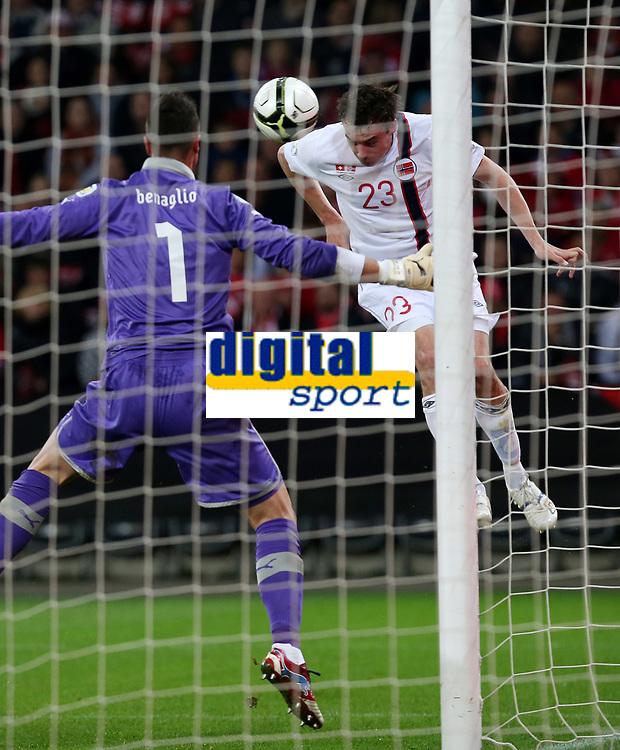 Bern, 12.10.2012, Fussball WM 2014 Quali, Schweiz - Norwegen, Torhueter Diego Benaglio (SUI) gegen Vegard Forren (NOR) (Pascal Muller/EQ Images)