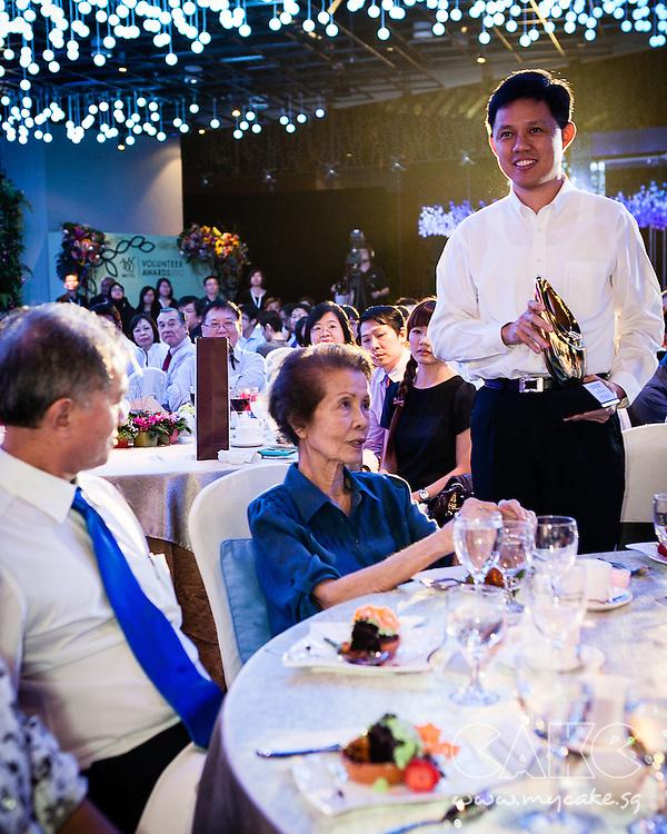 Acting Minister Chan Chun Sing hands out award at MCYS Volunteer Awards 2012