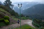 Una pareja de novios se besan en el mirador donde se pueden apreciar las montañas que rodean a Zacatlan, Puebla.
