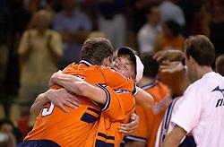 28-07-2000 FRA: Olympisch Kwalificatie Toernooi Nederland - Frankrijk, Castelnau Le Lez<br /> Nederland wint in een beladen duel van Frankrijk en plaatst zich voor de Olympische Spelen in Sydney / Bas van der Goor, Martin van der Horst