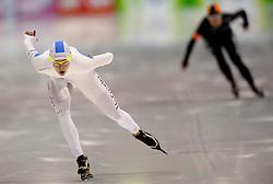 29-12-2010 SCHAATSEN: KPN NK ALLROUND EN SPRINT: HEERENVEEN<br /> Marrit Leenstra wint de 1500 meter. Op de achtergrond Diane Valkenburg die 2de werd<br /> ©2010-WWW.FOTOHOOGENDOORN.NL