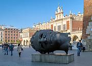 Głowa z brązu - rzeźba  Igora Mitoraja, Rynek Główny w Krakowie, Polska<br /> Bronze head - sculpture by Igor Mitoraj, Main Market Square in Cracow, Poland