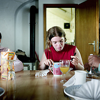 Belgie.Vielsalm,16 augustus 2007. .De Stichting Andrea biedt een verstandig alternatief voor de tijdelijke opvang van minderbegaafde meisjes in de leeftijd van 7 tot 17 jaar.Tussen de constatering van uithuisplaatsing en een geschikte instelling biedt deze Stichting voor een beperkte groep van deze kinderen de mogelijkheid deze periode van wachten te overbruggen met een time out van maximaal 6 maanden in een bijzondere setting.Er wordt gedurende deze periode gewerkt aan het doorbreken van een negatieve ervaringsspiraal.De Stichting Andrea werkt voor de opvang samen met Centrum Commanster te Vielsalm, een boerderij landhuis met een eigen manege en een hotelaccomodatie.