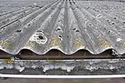 Nederland, Malden, 15-3-2018Op het dak van een oude boerenschuur, liggen platen asbest als dakbedekking . Ze moeten  er door een gespecialiseerd sloop bedrijf vanaf worden gehaald. Het grote aantel daken van met name boerderijen en schuren vormt op de lange termijn een gezondheidsrisico en moeten allemaal verwijderd worden . Foto: Flip Franssen