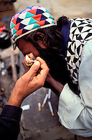"""Pakistan - La fête des soufis - Province du Sind et du Balouchistan - Pélerinage soufi de Lahoot - Un Malang s'alume un Shilum rempli de """"sharas"""" nom local du hashish // Pakistan, Sind, sufi pilgrimage of Lahoot"""