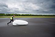 De VeloX4 wordt voor het eerst op weg geholpen. In Soesterberg test het Human Power Team Delft en Amsterdam (HPT) voor het eerst met de nieuwe fiets, de VeloX4. Op de voormalige vliegbasis legt de recordfiets de eerste meters af. In september wil het HPT, dat bestaat uit studenten van de TU Delft en de VU Amsterdam, een poging doen het wereldrecord snelfietsen te verbreken, dat nu op 133,8 km/h staat tijdens de World Human Powered Speed Challenge.<br /> <br /> In Soesterberg the Human Power Team Delft and Amsterdam (HPT) tests their newest bike, the VeloX4. On the track of the former military airport the bike rides its first meters. With the special recumbent bike the HPT, consisting of students of the TU Delft and the VU Amsterdam, also wants to set a new world record cycling in September at the World Human Powered Speed Challenge. The current speed record is 133,8 km/h.