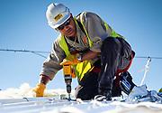 photographie en couleur d'un travailleur de la société ATCO lors de la constuction de la base vie du complexe pyrométallurgie de KNS à Vavouto en Nouvelle Calédonie.