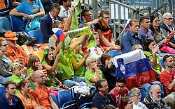 28-09-2015 NED: Volleyball European Championship Polen - Slovenie, Apeldoorn<br /> Polen wint met 3-0 van Slovenie / Slvenia support publiek