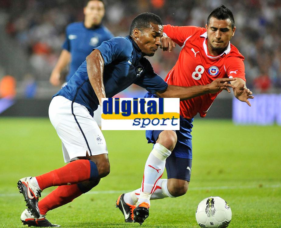 FOOTBALL - FRIENDLY GAME - FRANCE v CHILI - 10/08/2011 - PHOTO SYLVAIN THOMAS / DPPI - ARTURO VIDAL (CHI) / FLORENT MALOUDA (FRA)