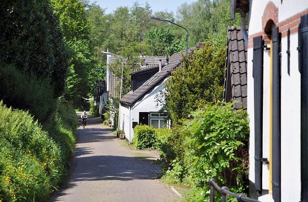 Nederland, Beek-Ubbergen, 14-5-2012Het dorp beek ubbergen. De Kasteelselaan. De gemeente is in 2007 uitgeroepen tot de groenste van Nederland. Hij ligt voor een deel op een heuvelrug, stuwwal met prachtige bossen en waterlopen. Veel van de huizen, villa's zijn gebouwd eind 19e eeuw, begin 20e. Vanwege het overvloedig aanwezige water uit bronnen waren er altijd veel wasserijen. Het bronnenbos achter het voormalig klooster de Refter is nu beschermd natuurgebied. Delen van de gemeente zijn beschermd dorpsgezicht, monument, en het Geldersch, gelders landschap beheert een groot bosgebied, waar aan de rand de oudere delen van het dorp min of meer in gebouwd zijn. Foto: Flip Franssen/Hollandse Hoogte