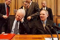 25.01.1999, Deutschland/Bonn:<br /> Edmund Stoiber, CSU Vorsitzender, und Wolfgang Schäuble, CDU Bundesvorsitzender, während der Pressekonferenz zum Ergebnis der gemeinsamen Strategiesitzung der Präsidien von CDU und CSU, Bundes-Pressekonferenz, Bonn<br /> IMAGE: 19990125-01/03-33<br /> KEYWORDS: Wolfgang Schaeuble