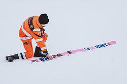 27.02.2021, Oberstdorf, GER, FIS Weltmeisterschaften Ski Nordisch, Oberstdorf 2021, Herren, Skisprung, HS106, Einzelbewerb, im Bild Rettungsanitäter mit einem Ski // Paramedic with a ski during men ski Jumping HS106 Single Competition of FIS Nordic Ski World Championships 2021. in Oberstdorf, Germany on 2021/02/27. EXPA Pictures © 2021, PhotoCredit: EXPA/ JFK