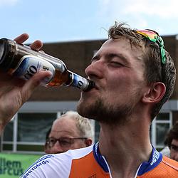13-08-2017: Wielrennen: Hel van Voerendaal: Voerendaal  <br />Wim Kleiman en z'n verdiende biertje