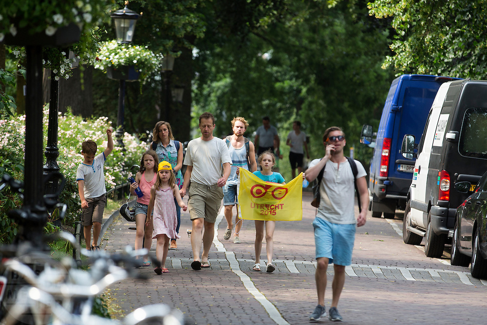 Een gezin is op weg naar de ploegenpresentatie in park Lepelenburg. In Utrecht vindt met de presentatie van de renners het eerste officiële deel plaats van de Grand Depart. Op 4 juli start de Tour de France in Utrecht met een tijdrit. De dag daarna vertrekken de wielrenners vanuit de Domstad richting Zeeland. Het is voor het eerst dat de Tour in Utrecht start.<br /> <br /> In Utrecht the riders present themselves as the first official moment of the Grand Depart . On July 4 the Tour de France starts in Utrecht with a time trial. The next day the riders depart from the cathedral city direction Zealand. It is the first time that the Tour starts in Utrecht.