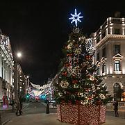 L'albero di Natale in Waterloo Pl, la strada che collega il Pall Mall a Piccadilly Circus nel distretto di St. James in centro a Londra<br /> .<br /> The Christmas tree in Waterloo Pl, the street that connects the Pall Mall to Piccadilly Circus, in St.James district in Centre London.